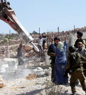 الاحتلال يخطر أكثر من 20 منشأة بالهدم والإخلاء في محيط مخيم قلنديا