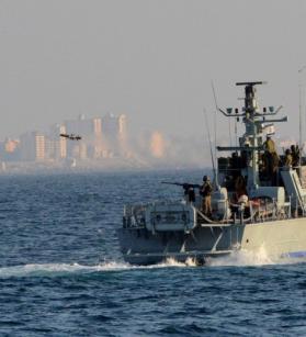 بحرية الاحتلال تعتدي على مراكب الصيادين في بحر غزة