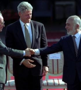 الملك حسين ورابين يتوسطهما كلينتون أثناء توقيع اتفاقية وادي عربة عام 1994 (أ.ب.)