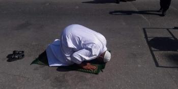 والد الشهيد علاء الغرابلي يسجد شكرا لله في مكان استشهاد ابنه بالقرب من دوار الدحدوح شرق غزة