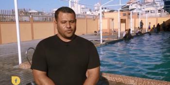 الكابتن مجدي التتر.. مدرب سباحة في غزة بساق واحدة !