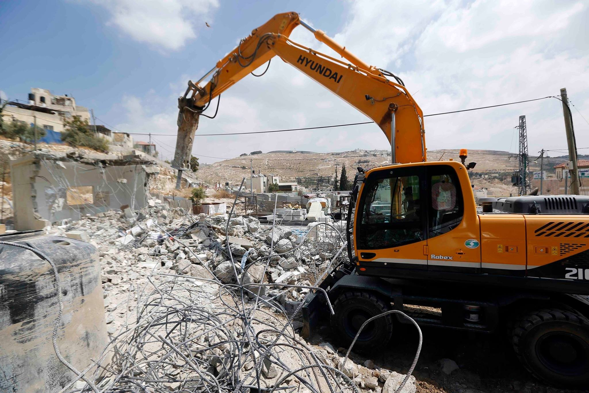 الاحتلال يهدم منزلين بالقدس وبركسا في بيت جالا