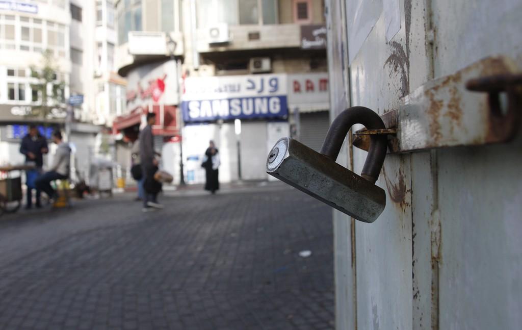 اضراب تجاري بالضفة رفضا لقانون الضمان الاجتماعي