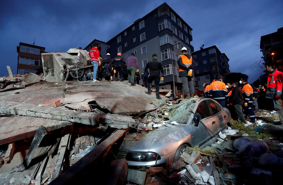 16 قتيلًا بانهيار مبنى في إسطنبول