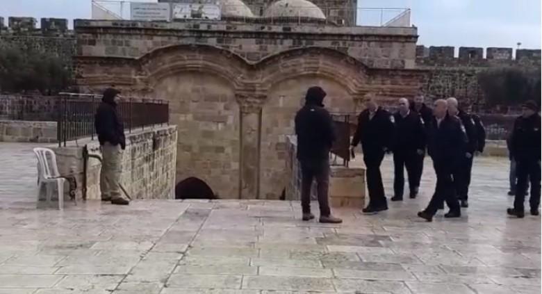 """بالصور: قائد شرطة الاحتلال وضباط """"شاباك"""" يقتحمون مصلى الرحمة"""