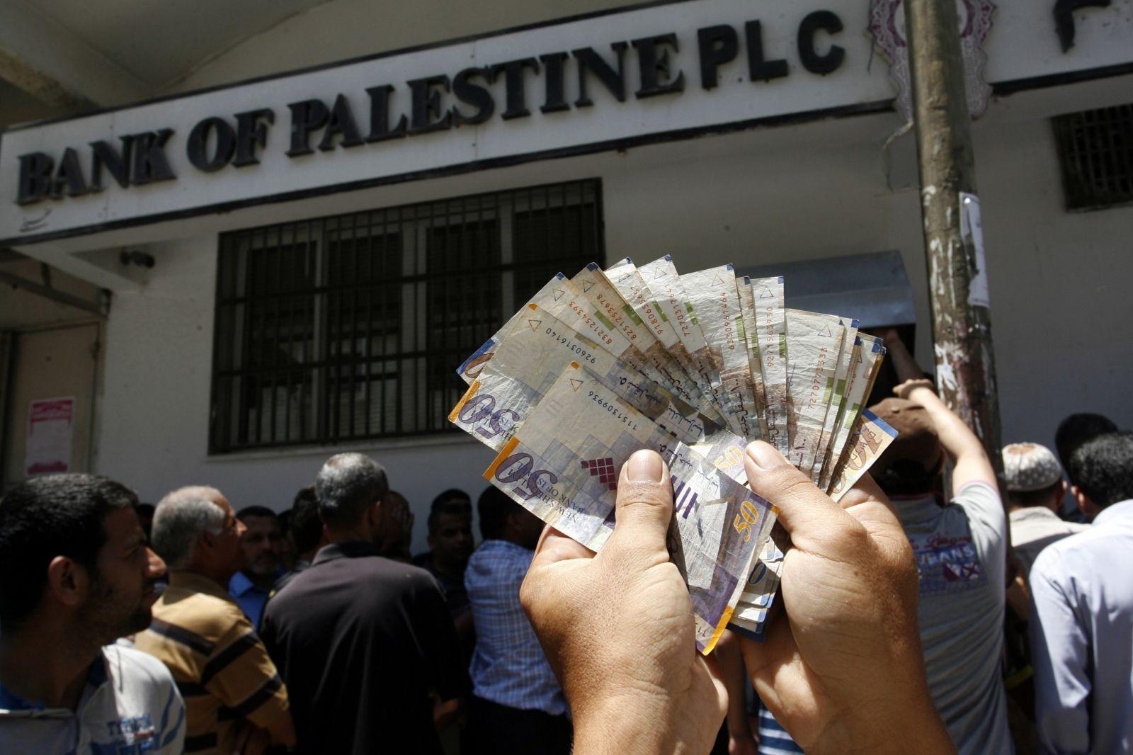 الكشف عن نسبة صرف رواتب موظفي السلطة في غزة