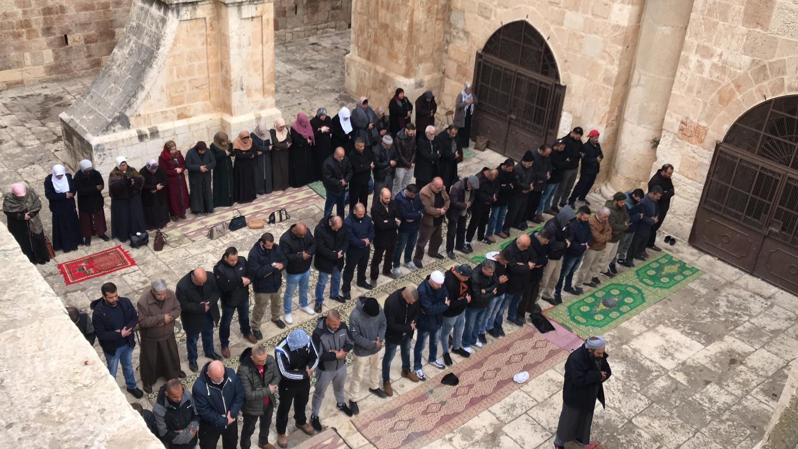 أداء المقدسيون للصلاة في مصلى باب الرحمة