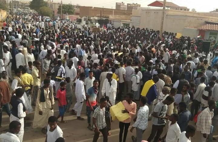 يواصل السودانيون الاعتصام لليوم الثامن- (صفحة تجمع المهنيين السودانيين على فيسبوك)