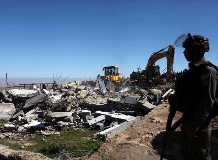 القدس: الاحتلال يجبر مواطنا على هدم منزله