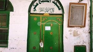 مستوطنون يضعون مادة لاصقة على باب وقفل مسجدٍ