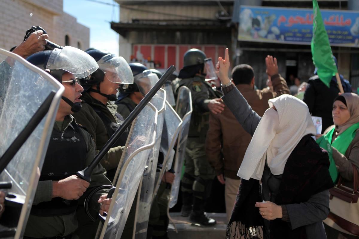 فريق الدفاع عن الفتاة آلاء بشير: 25 عنصرا من الوقائي اعتقلوها من داخل المسجد