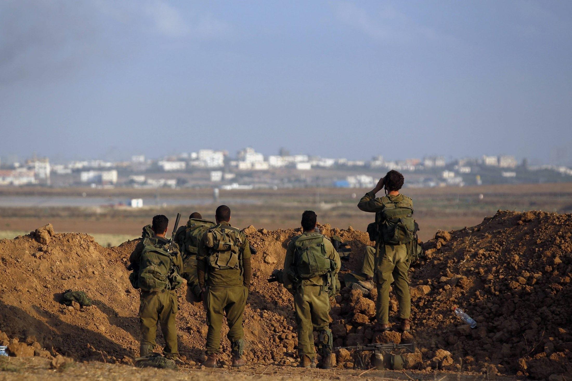 الاحتلال يقوم ببناء سواتر رملية حول غلاف غزة خوفا من الكورنيت