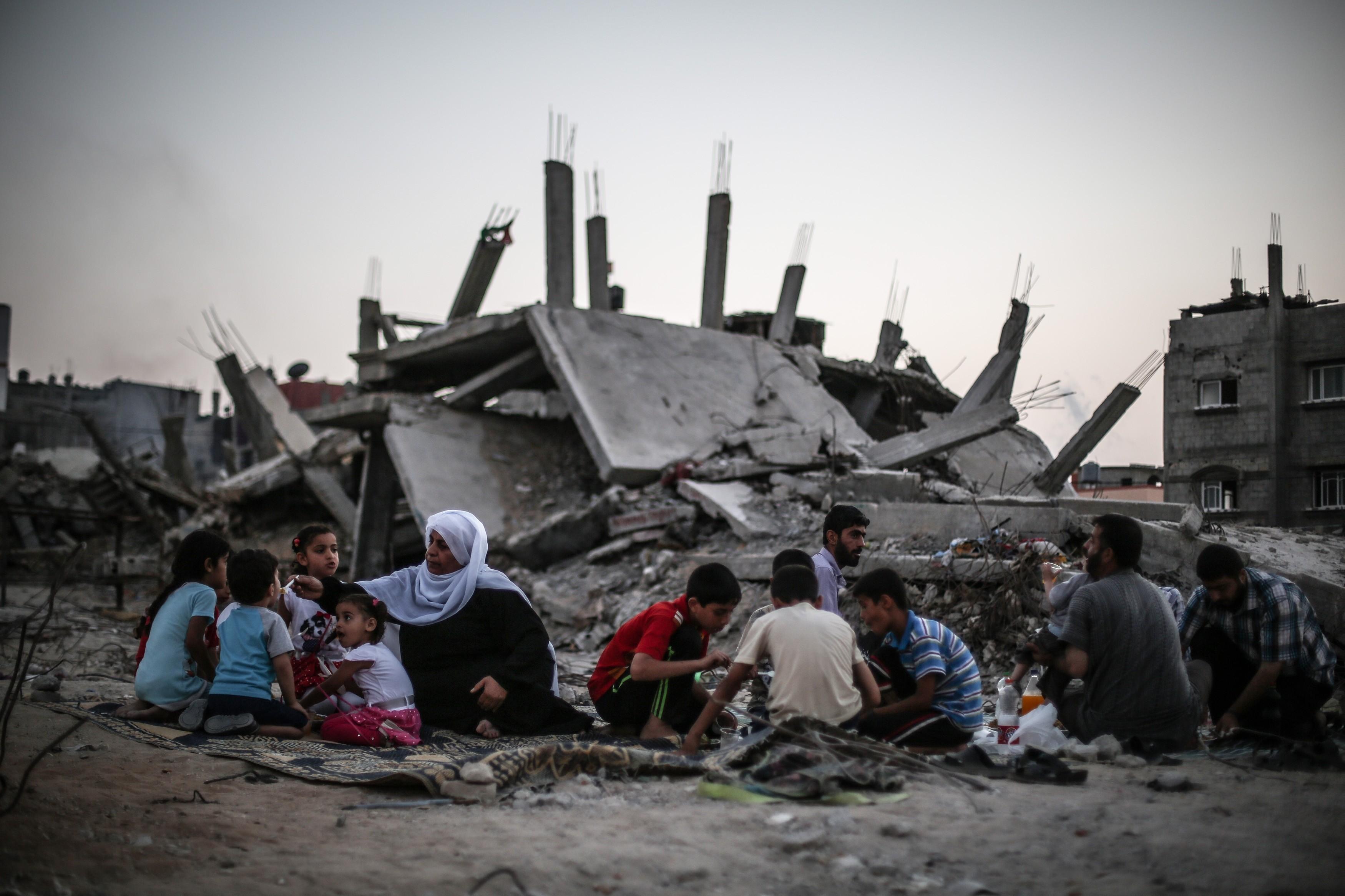 في غزة إفطار فوق الركام