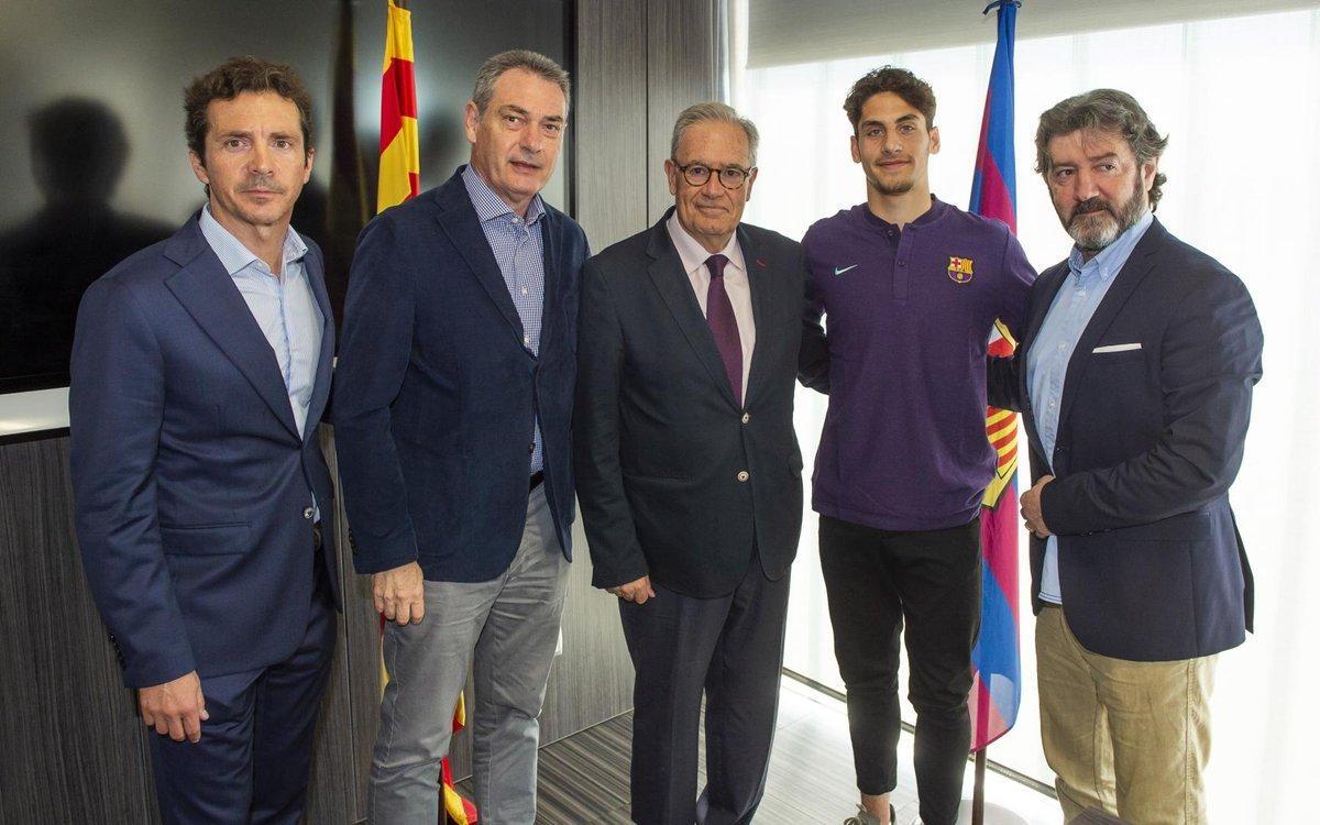 ريس مع مسؤولي برشلونة