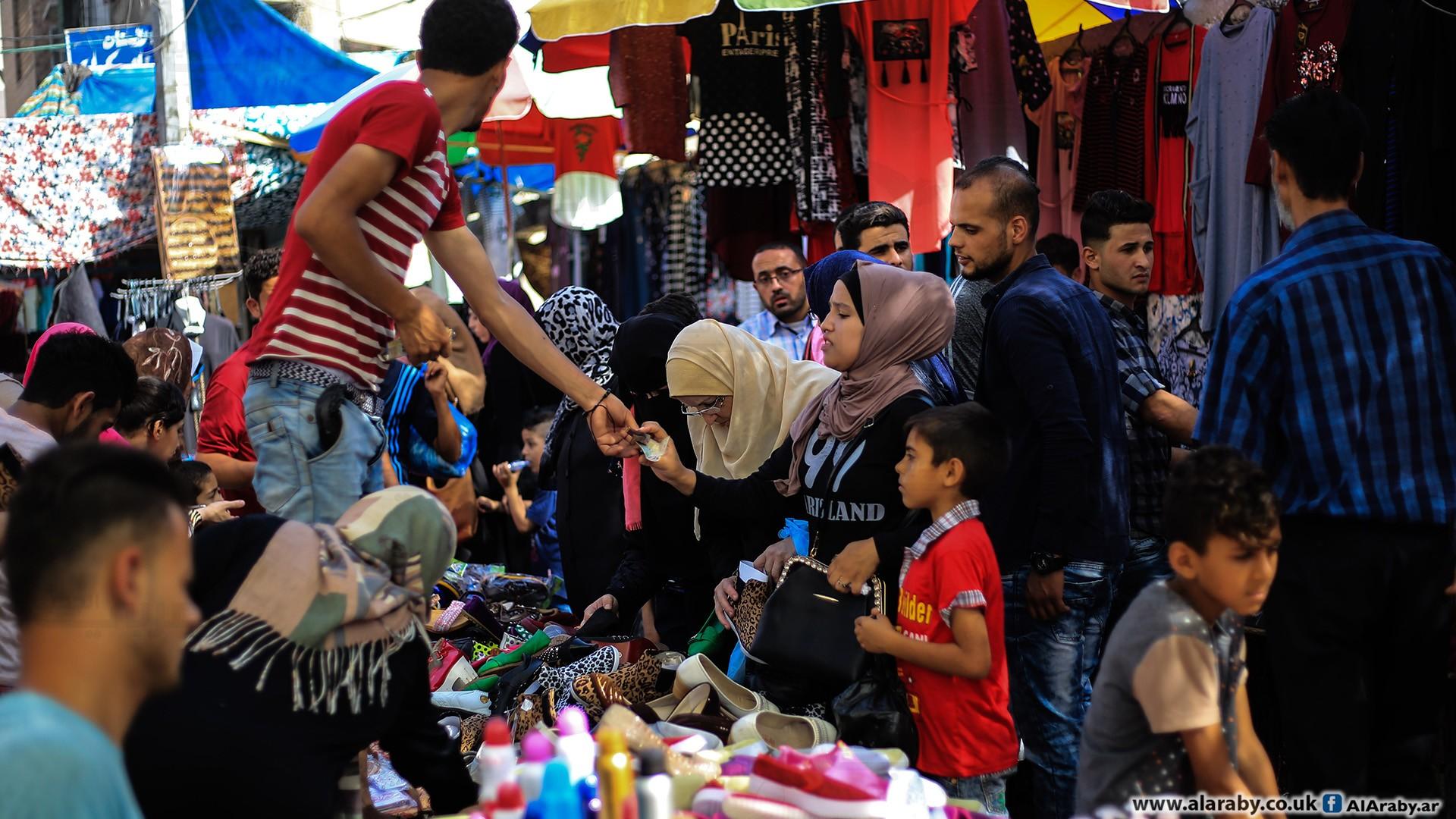 أسواق غزة: تخفيضات كبيرة وأموال قليلة ومحاولات للفرح