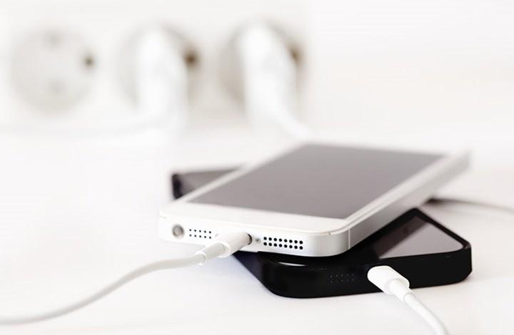 لماذا ينبغي ألّا تشحن هاتفك الذكي في الليل؟