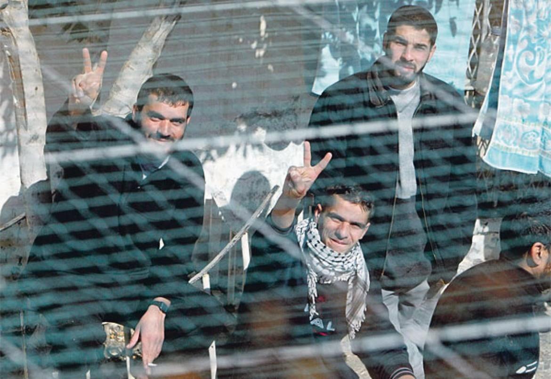 الاحتلال يحتجز الأسرى المضربين في ظروف قاسية