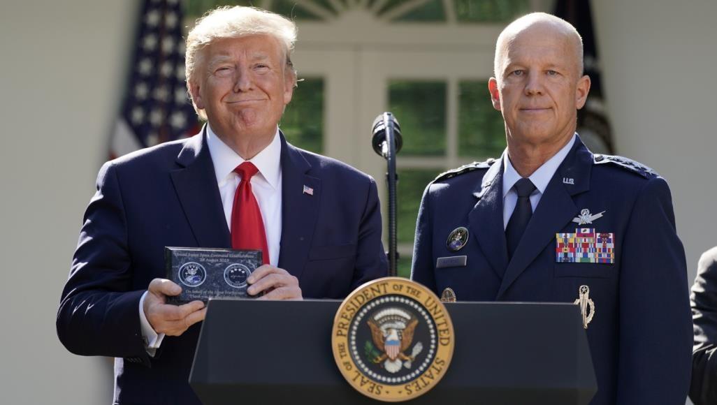 ترامب مع الجنرال جون ريموند قائد قيادة الفضاء الجديدة خلال حفل إطلاقها في البيت الأبيض (رويترز)