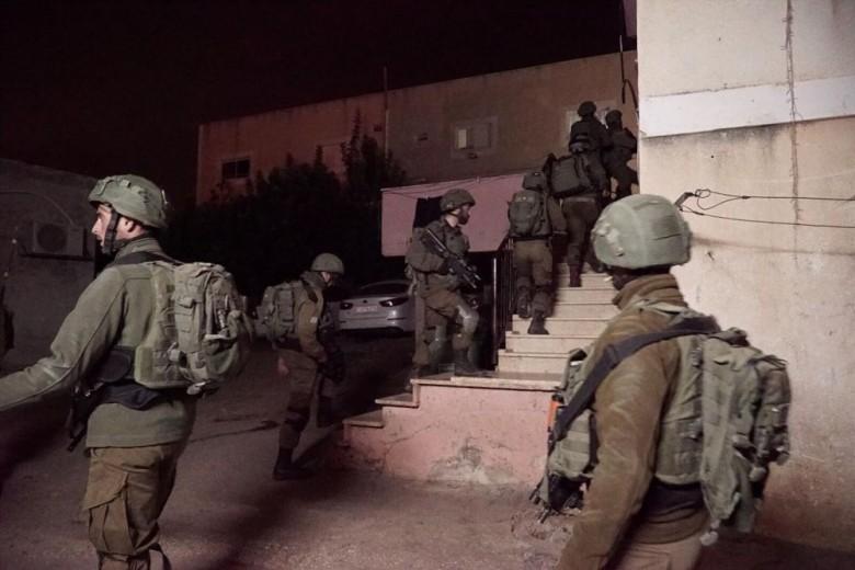 حملة اعتقالات ومداهمات في الضفة ومزاعم بمصادرة ذخيرة