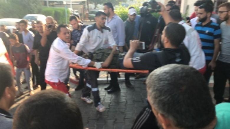 بالصور: الطواقم الطبية تنتشل جثامين 3 شهداء شمال القطاع