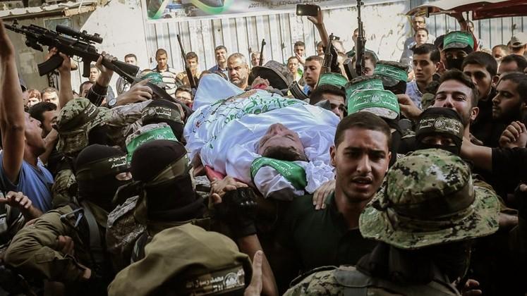 القسام يزف مجاهداً استشهد أثناء عمله بنفق للمقاومة