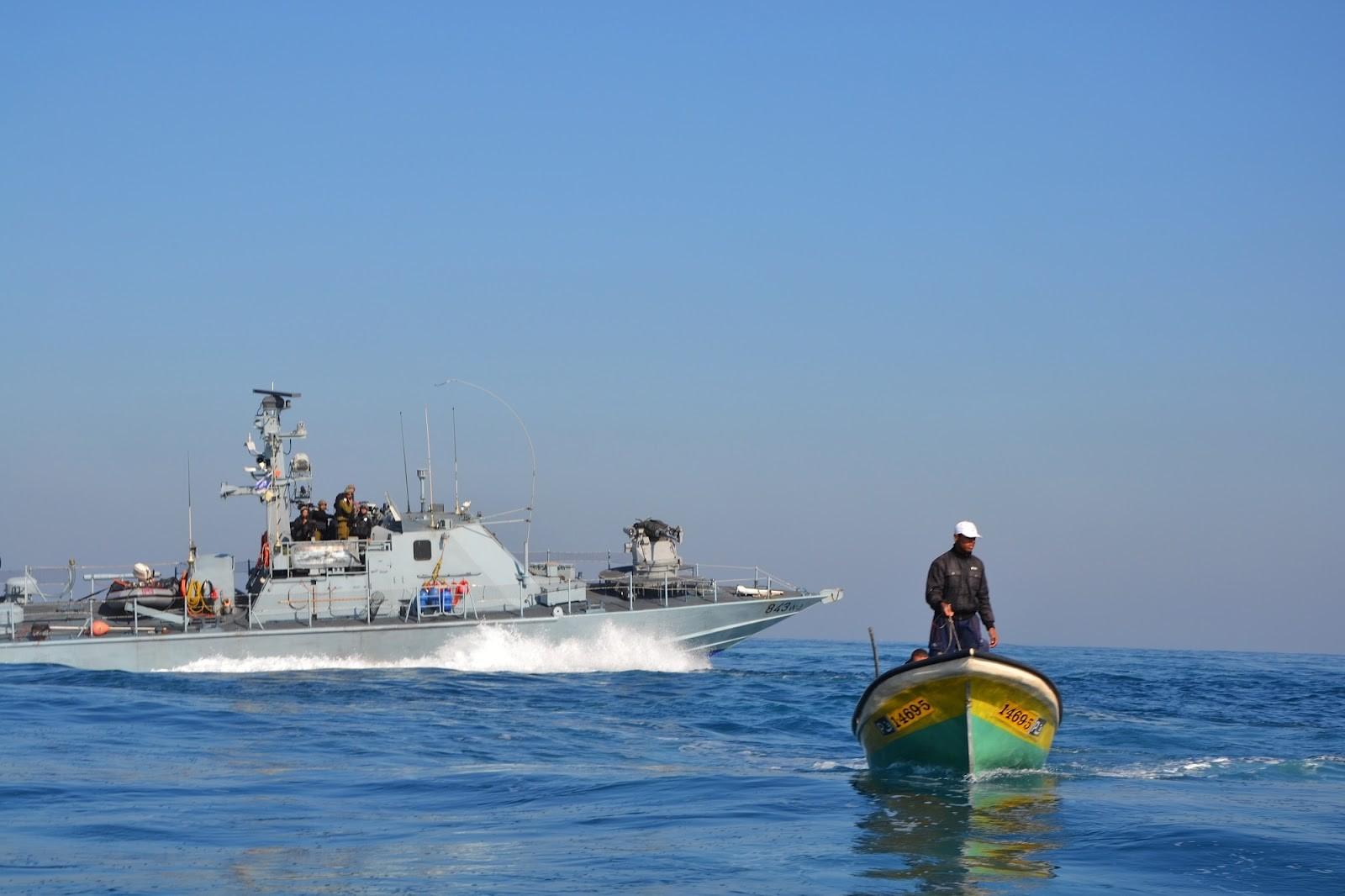 الاحتلال يهاجم مراكب الصيادين.jpg