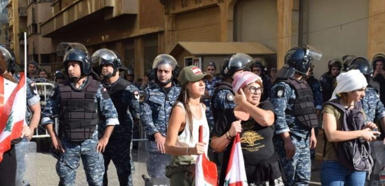 إعلامية لبنانية تشعل مواقع التواصل الاجتماعي بهذا التصرف مع طفلتها