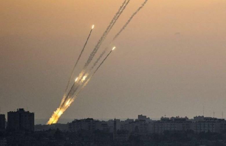 بالفيديو: لحظة إصابة حافلة إسرائيلية بصواريخ المقاومة بغلاف غزة