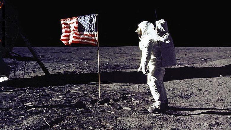 كيف رفرف العلم الامريكي  بعد غرسه على سطح القمر ؟