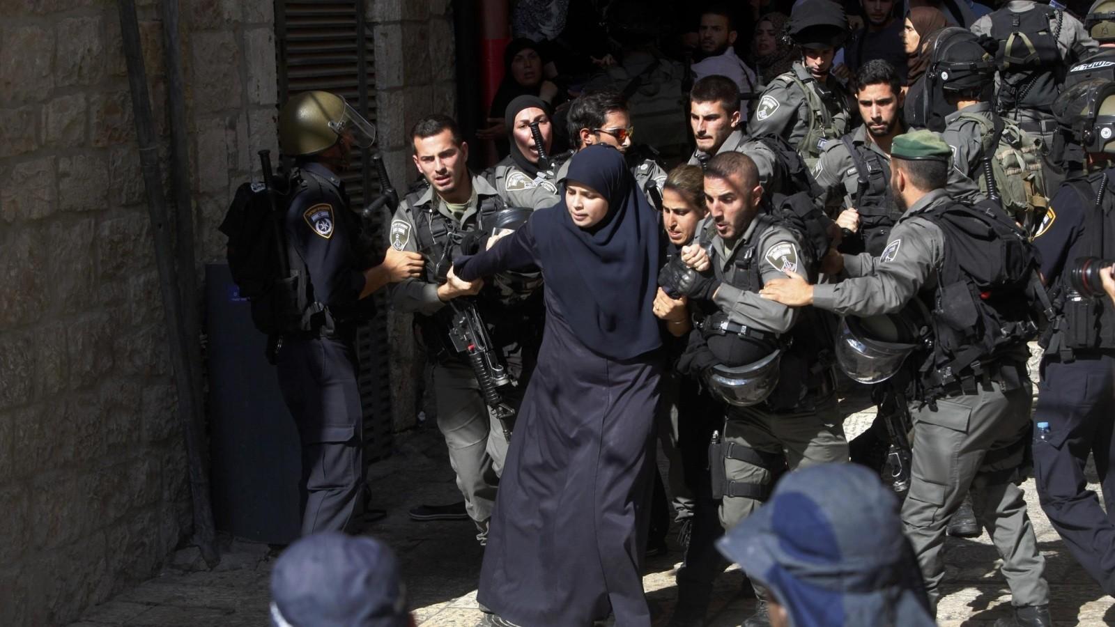 اعتقال سيدة وابعاد 10 مقدسيين عن الأقصى