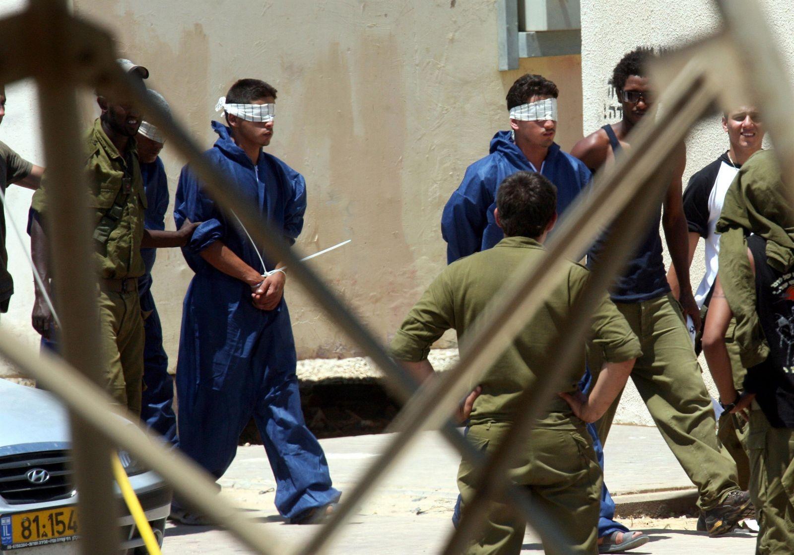 أربعة أسرى يواصلون الإضراب عن الطعام في سجون الاحتلال