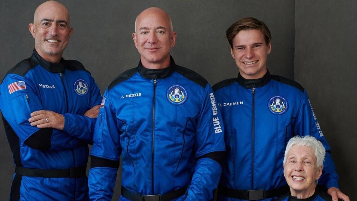 جيف بيزوس يطلق بنجاح أول رحلة سياحية إلى الفضاء