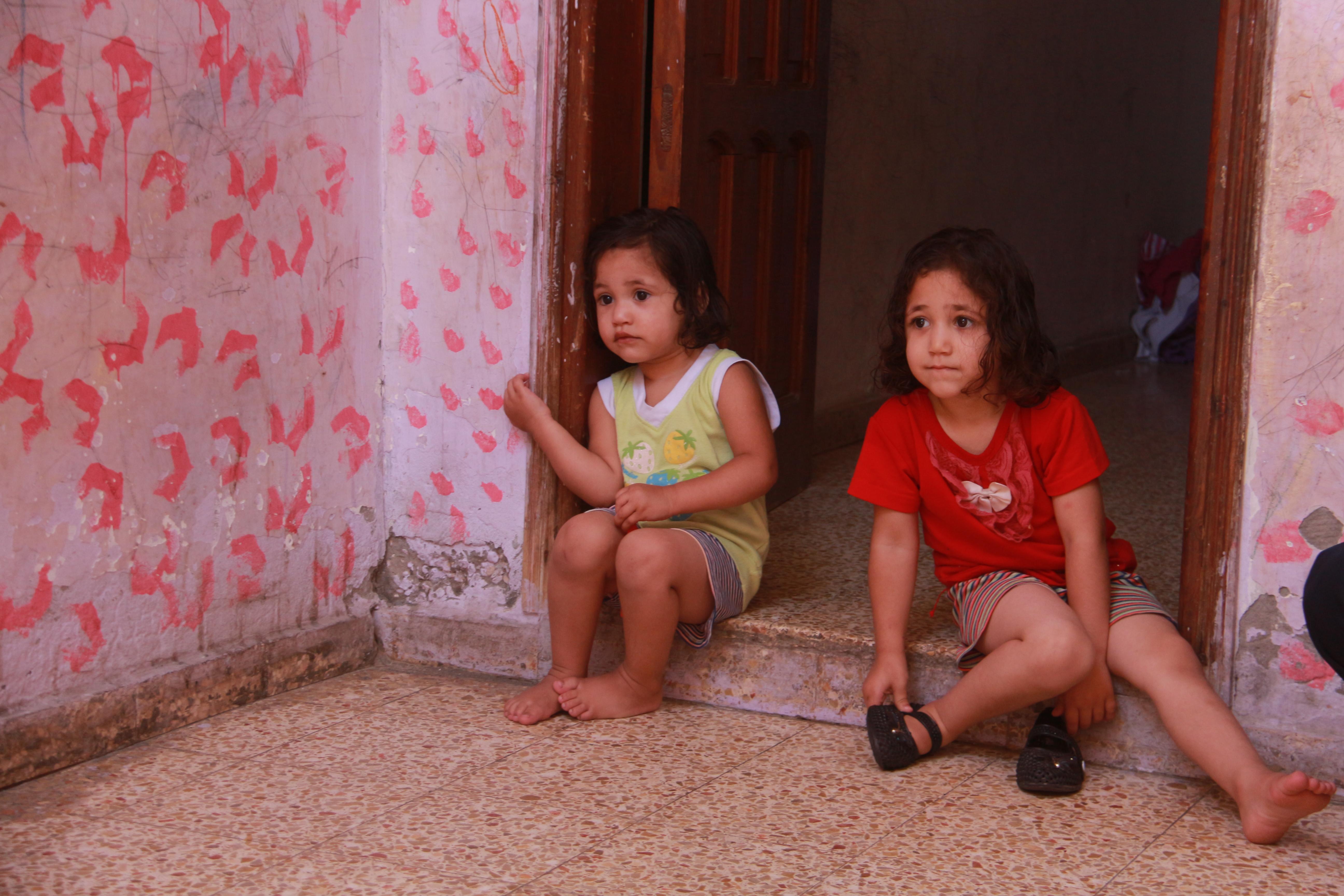 عائلة أبو علي تعيش في غرفة يغطيها الاسبست