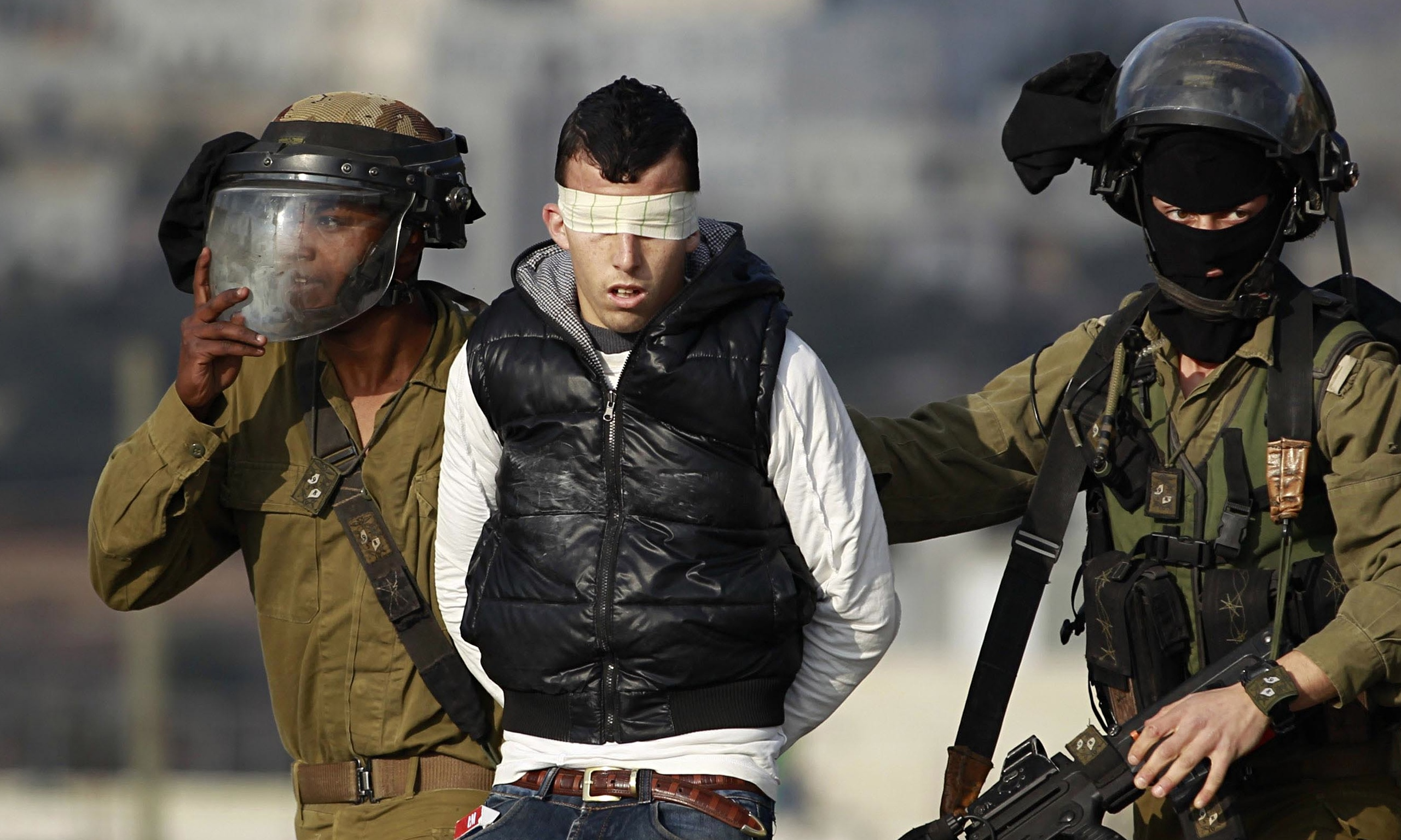 الاحتلال يعتقل 8 مواطنين ويزعم العثور على بندقية في الخليل