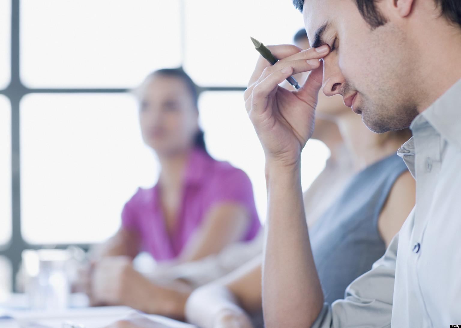 شاب يعاني من الإجهاد خلال العمل