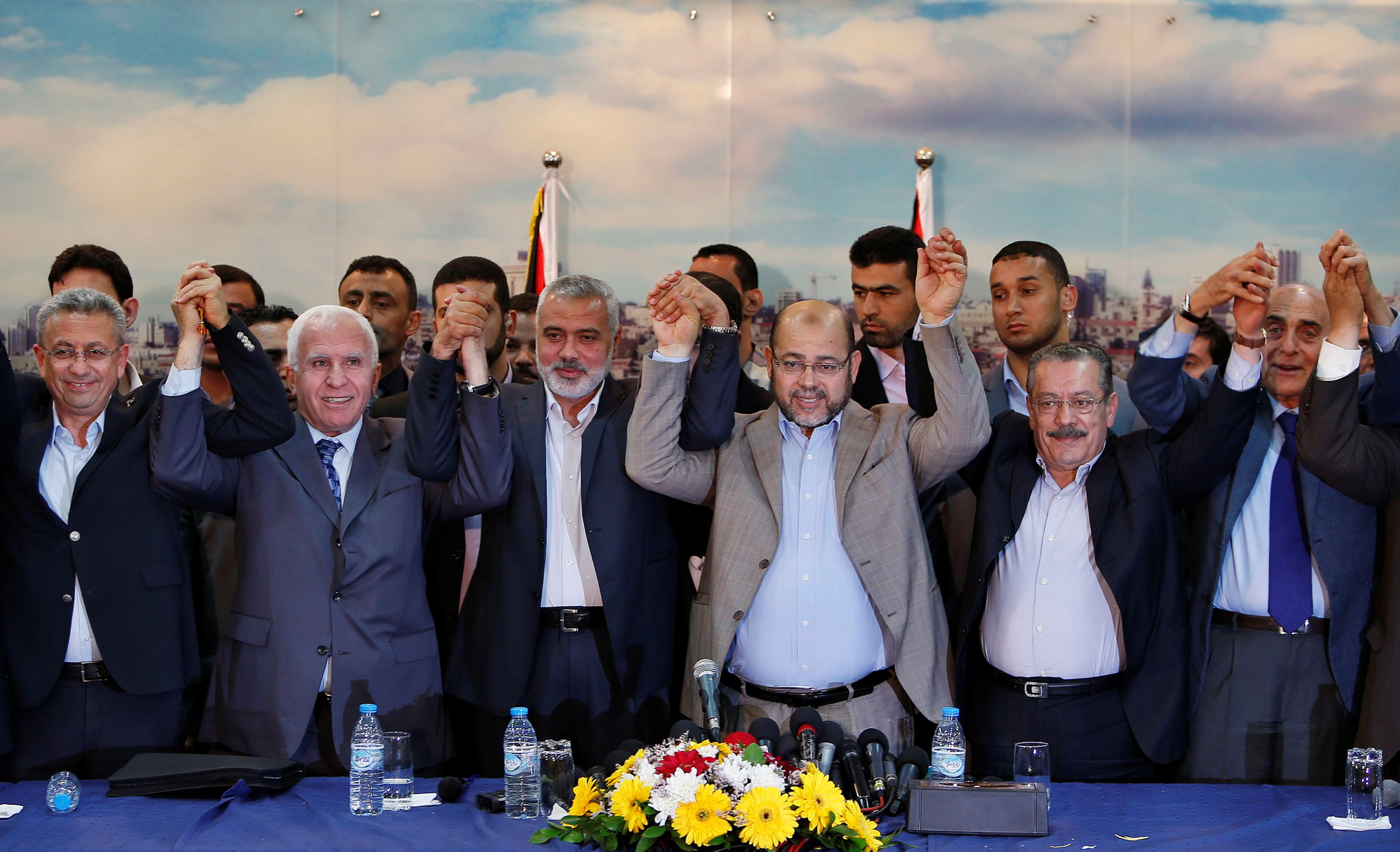 قيادي بـ فتح : تم حل قضية رواتب موظفي  حماس